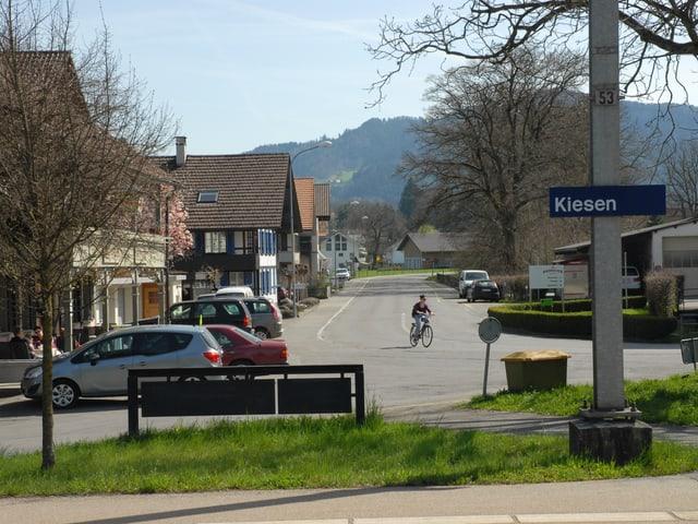 Blick vom Bahnhof  Kiesen Richtung Dorf.