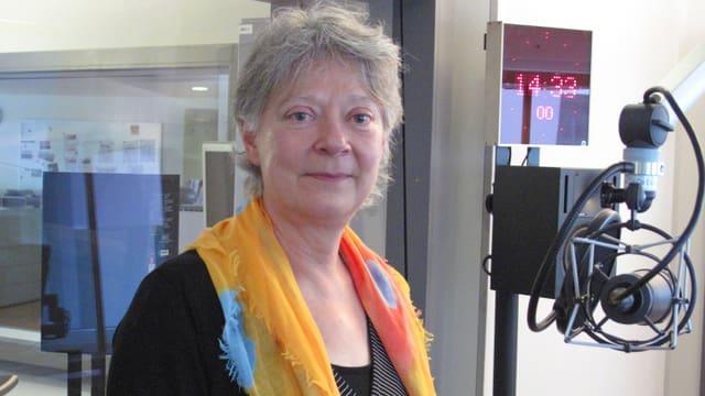 Eine Frau mit farbigem Schal im Radiostudio.