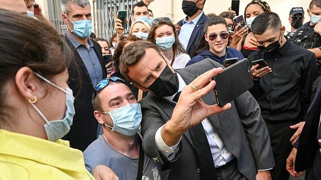 Macron und Anhänger machen Selfies.