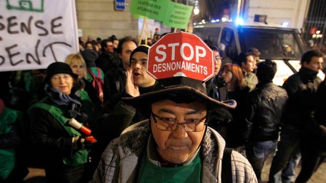 «Stoppt Zwangsräumungen» steht auf einem Schild eines Demonstranten in Barcelona am 23. Februar 2013.