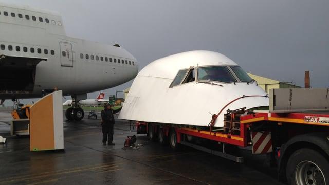 Das abgetrennte Jumbo-Cockpit bereit zum Strassentransport von England in die Schweiz.