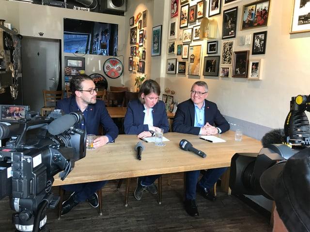 Die SP-Parteileitung mit David Roth und Priska Lorenz informieren gemeinsam mit Jörg Meyer über dessen Rückzug.