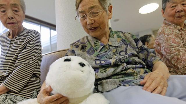 Der Robbenroboter Paro gibt Laute von sich, bewegt sich und ist in japanischen Altersheimen wie hier in Iwaki schon im Einsatz.