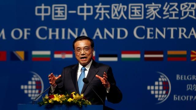 Chinas Regierungschef Li Keqiang auf dem Rednerpult.