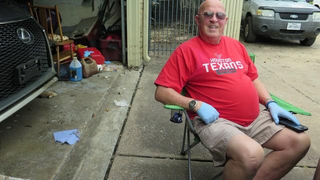 Ein Rentner vor seinem zerstörten Haus.