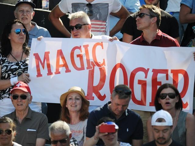 Fans halten auf der Tribüne ein Transparent mit der Aufschrift « Magic Roger» hoch.
