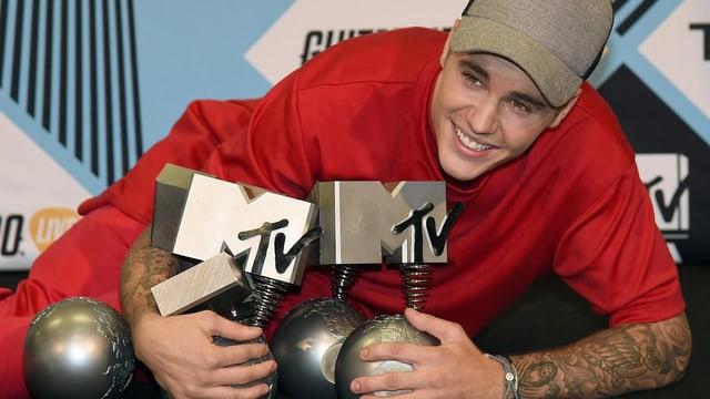 Justin Bieber in rot gekleidet: Er hält seine fünf Awards