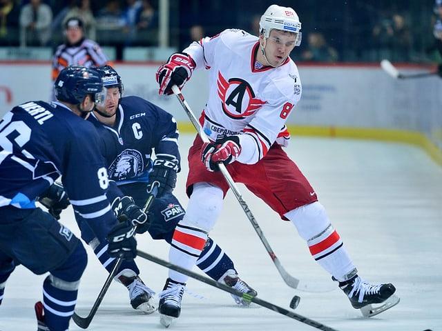 Nikita Tryamkin von Jekaterinburg behauptet sich gegen 2 Gegenspieler.