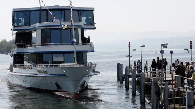 Die Panta Rhei fährt an den Züricher Schiffsteg.