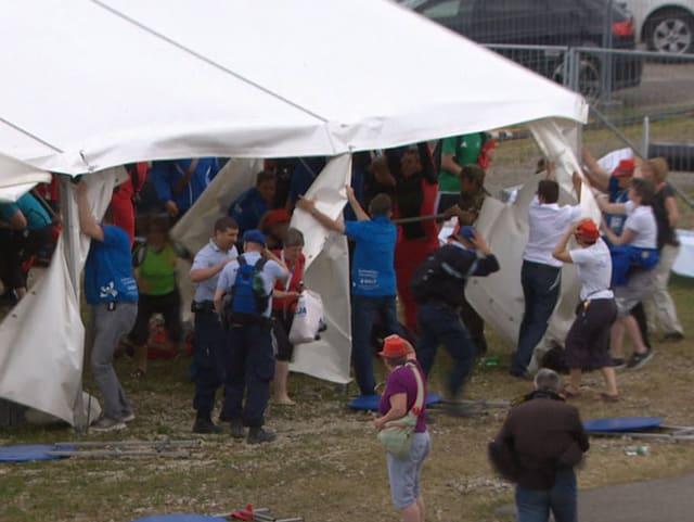 Menschen ziehen an einem Zelt