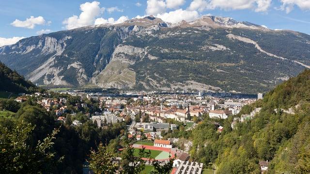 Die Stadt Chur fotografiert von einer Erhöhung mit dem Calanda-Berg im Hintergrund