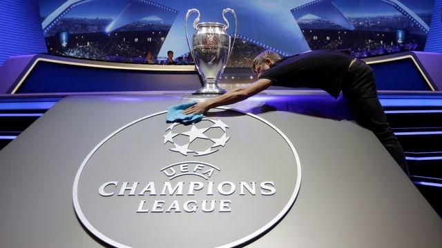 Die Champions-League-Trophäe wird kurz vor der Auslosung poliert.