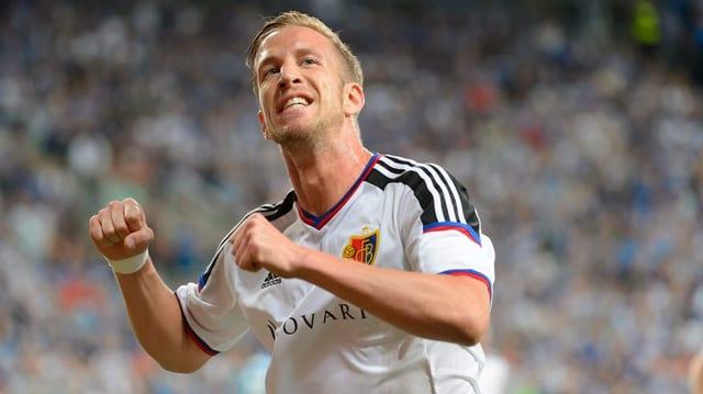 Il giugader austriac da Basilea Marc Janko suenter ch'el ha sajettà il gol tar il 2:1.