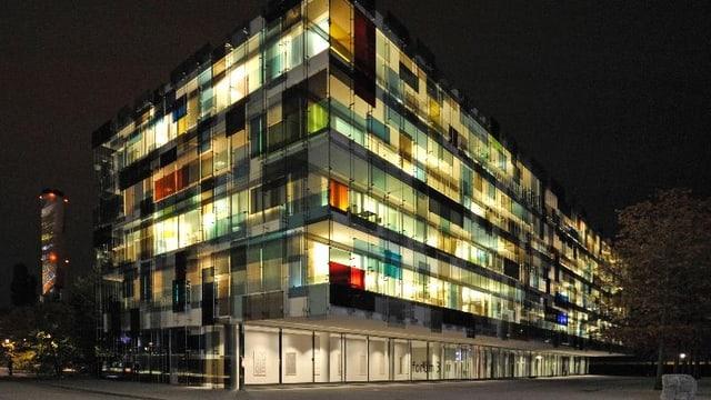 Erleuchtetes Gebäude des Novartis Campus im St. Johann