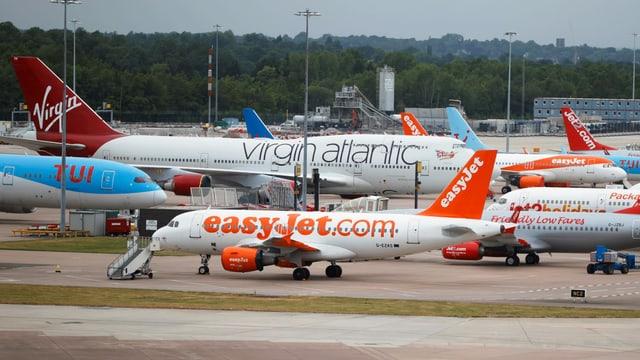 Symbolbild: Flugzeuge verschiedener Fluggesellschaften auf einem Flughafen