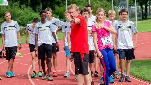 Sven Rees als Trainer von Lisa Urech gestikuliert mit seinen Armen.