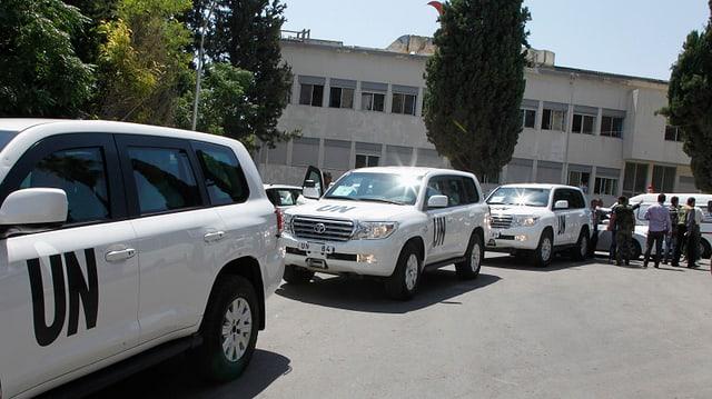 Die Giftgas-Experten der UNO treffen vor dem Militärspital ein.