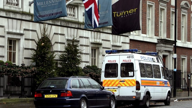 Das Millenium Hotel in London, davor steht ein Transporter der Polizei.