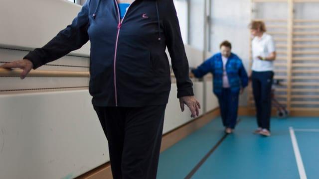 Ina fisioterapeuta cun duas pazientas.