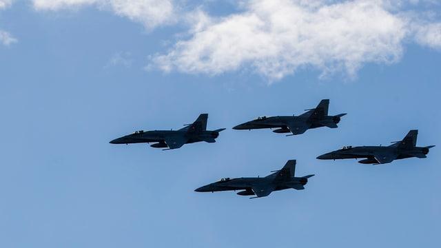 4 aviuns FA-18 en l'aria.