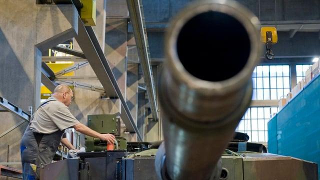 Ein Arbeiter montiert Bestandteile eines Panzers.
