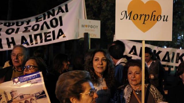 Demonstranten mit Schildern.