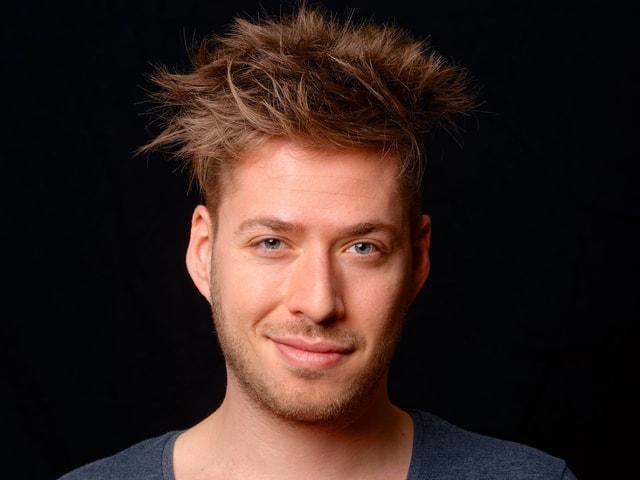 Joël von Mutzenbecher moderiert die «WochenRundShow» auf SRF 3.