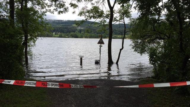 Seeufer mit Hochwasser und Polizeiabsperrung
