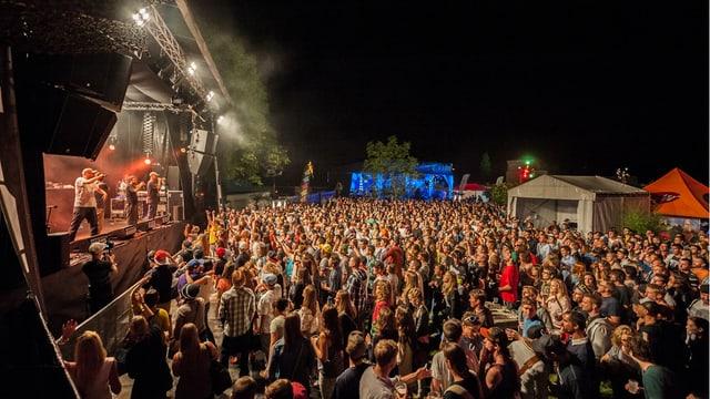 Bühne und Publikum am Lakeside Festival in Hergiswil im Kanton Nidwalden.