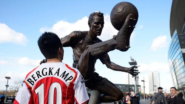 Arsenal ehrt Bergkamp