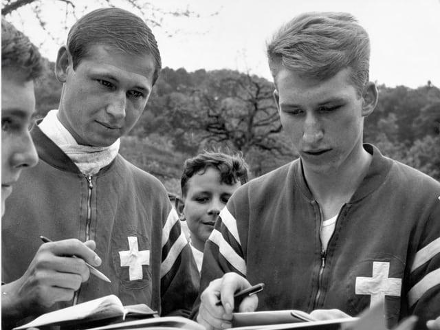 Zwei junge Männer mit Stift und Papier