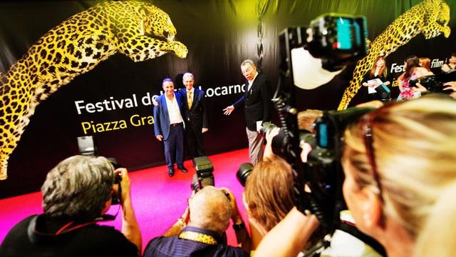 Auf dem Roten Teppich steht Schauspieler Andy Garcia, umringt von Kameraleuten.