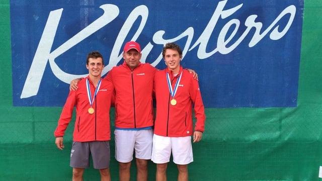 Purtret da Damien Wenger, Yves Allegro, coach da Swiss Tennis, e Jakub Paul (da san.).