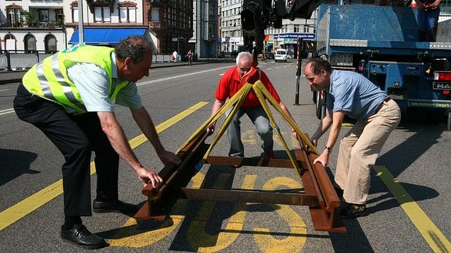 Eine Schiene auf der Johanniterbrücke - eine Aktion zur Einreichung der Traminitiative im Jahr 2008