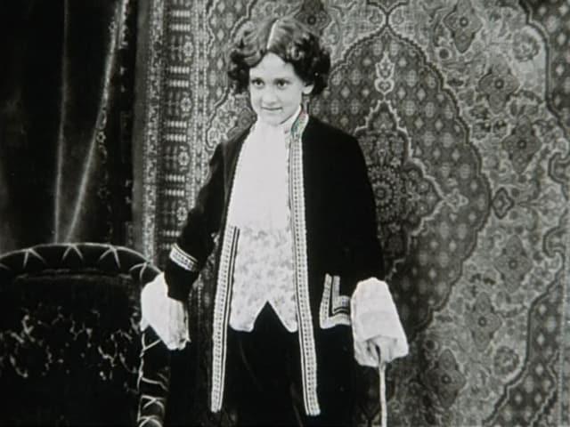 Kurt Früh als Kind in einem Kostüm auf der Bühne.