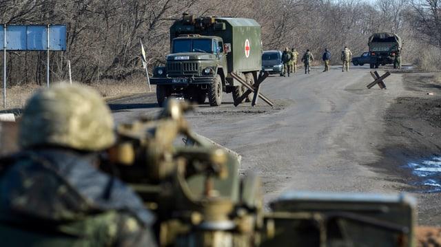 Vista sin 2 camiuns da las partidas da conflict en l'ost da l'Ucraina.