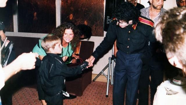 La foto mussa il pitschen Wade Robson ensemen cun Michael Jackson.