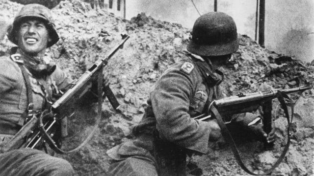 Zwei deutsche Soldaten in einem Bombenkrater