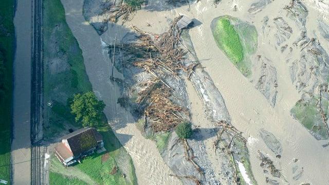 Ein Bauernhof, der fast überschwemmt wird, aus der Luft fotografiert.