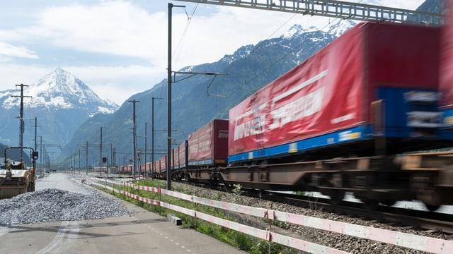 Ein Güterzug rollt vorbei