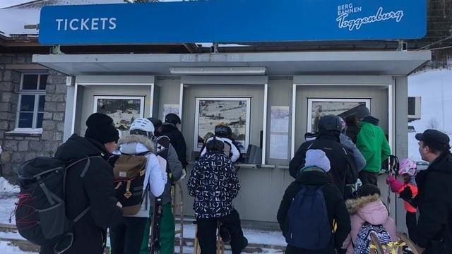 Schlange vor dem Ticketschalter der Toggenburger Bergbahnen