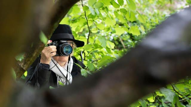 Detektivin mit Kamera.