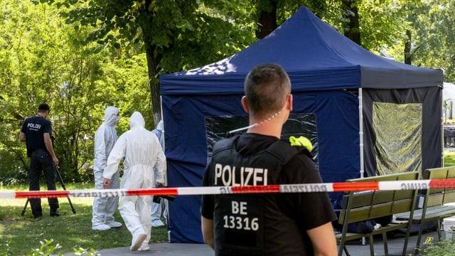 Beamte der Spurensicherung sichern in einem Falt-Pavillon Spuren am Tatort.