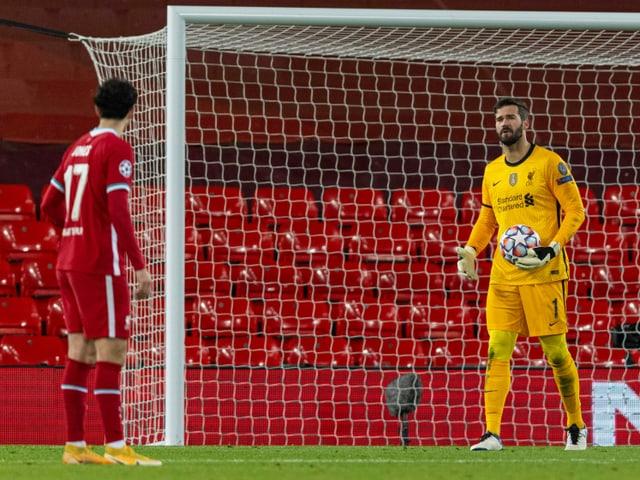 Liverpools Keeper Alisson Becker schimpft mit einem Verteidiger