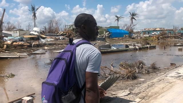 Ein Mann inmitten zerstörter Siedlungen
