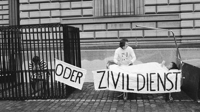 Demonstranten machen Werbung für den Zivildienst.