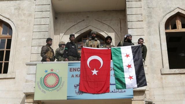 Fahnen an Gebäude in Afrin