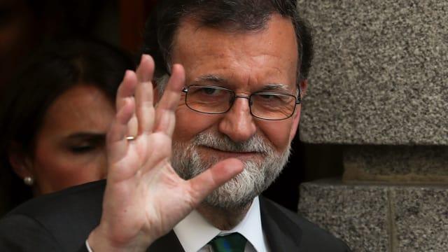 Mariano Rajoy winkt.