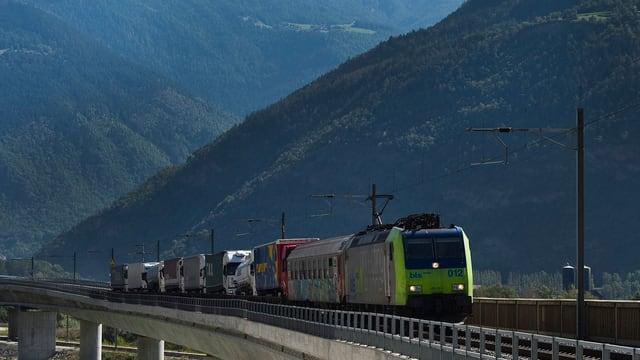 BLS-Zug mit Lastwagen auf der Lötschbergstrecke.
