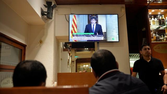Der Katalanen-Präsident auf einem Fernseher in einer Bar.